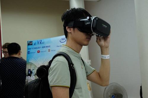 Bạn trẻ trực tiếp trải nghiệm công nghệ mới. Ảnh: Innovatube.