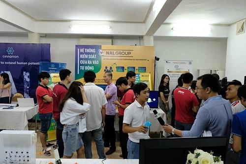 Khu trưng bày các sản phẩm của startup tại sự kiện. Ảnh: Innovatube.
