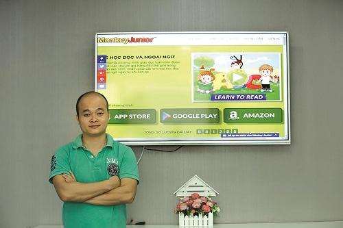 Anh Đào Xuân Hoàng bên sản phẩm Monkey Junior.