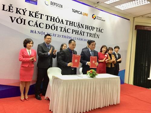 Đại diện Đại học Ngoại Thương ký thỏa thuận với một trong những đối tác.