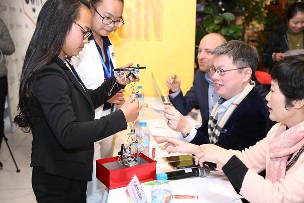 C.L.A.M đang thử nghiệm sản phẩm kính dành cho người khiếm thị trước hội đồng Ban Giám khảo.