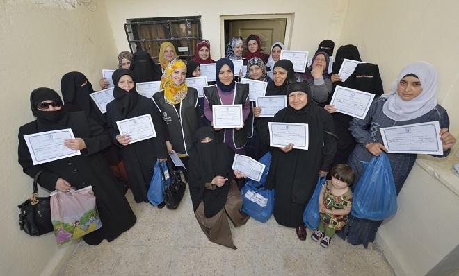 Những phụ nữ Syria vui mừng nhận bằng chứng nhận trong lễ tốt nghiệp một khóa học kinh doanh tổ chức tại Jordan.
