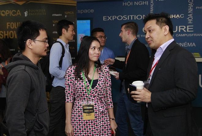 Đại diện các quỹ đầu tư từ Singapore, Mỹ trao đổi với các startup Việt và người tham dự chương trình trong khuôn khổ sự kiện gọi vốn Founder Showcase của TFI. Ảnh: TFI