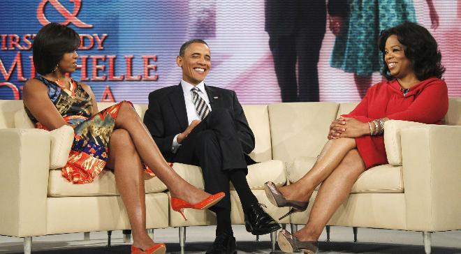 Oprah Winfrey trò chuyện cùng vợ chồng cựu Tổng thống Mỹ Barack Obama trong một chương trình The Oprah Winfrey Show năm 2011. Ảnh: Rex Features.