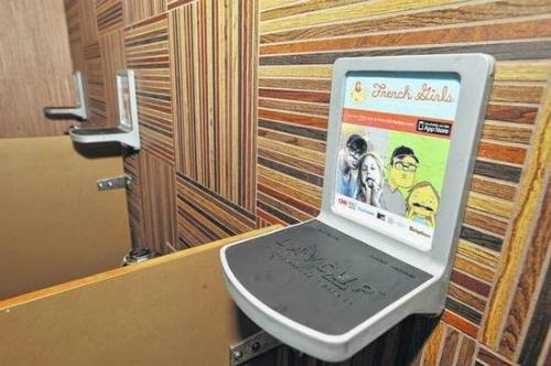 Kệ LavCup giải quyết nhu cầu muốn có một chỗ để đồ dùng của người đi toilet nơi công cộng. Ảnh: CNBC