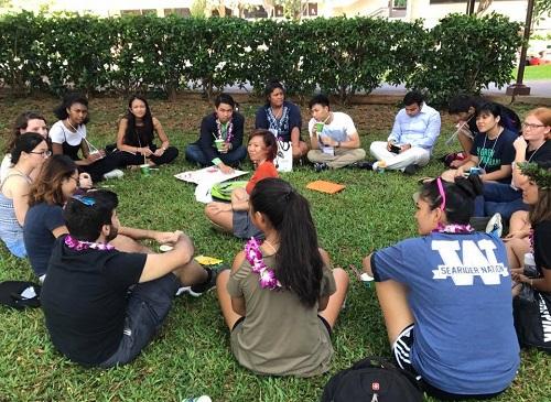 Lê Thị An Hạ, sáng lập dự án Amazing Home (giữa) cùng các thành viên điều phối dự án được mời làm đại biểu tham dự Hội nghị giới trẻ toàn cầu 2017 tại Hawaii, Mỹ, giao lưu với bạn trẻ quốc tế. Ảnh: NVCC.
