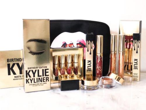 Son Kylie có giá trung bình 29 USD, trọn bộ mỹ phẩm giá 329 USD.
