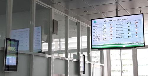 Hệ thống khám bệnh thông minh được lắp đặt tại bệnh viện Ung bướu TP HCM giúp bệnh nhân theo dõi số thứ tự của mình. Ảnh: NVCC.