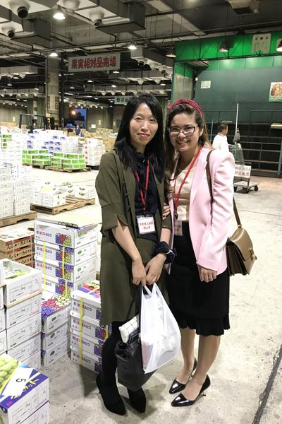 Huyền tham gia phiên đấu giá trái cây tại Nhật Bản trong năm 2017. Ảnh nhân vật cung cấp.