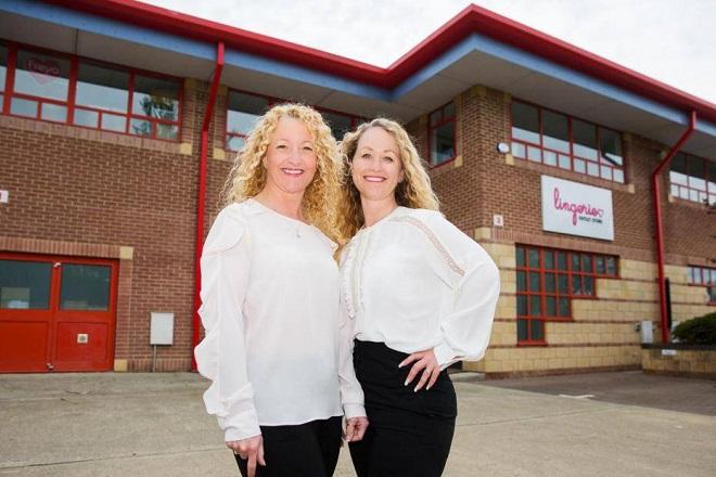 Clare Haines (trái), nhà sáng lập Lingerie Outlet và người bạn thân Melissa Burton (phải) cùng điều hành startup bán hàngquần áo trực tuyến trên eBay.
