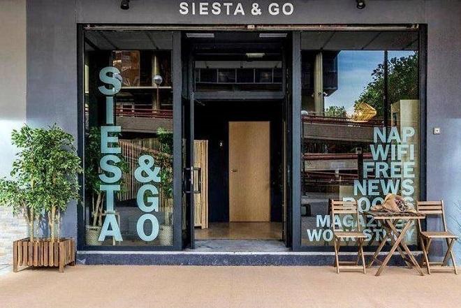 Mặt tiền startup quán cà phê ngủ trưa Siesta & Go tại quận tài chính trung tâm thành phố Madrid, Tây Ban Nha.