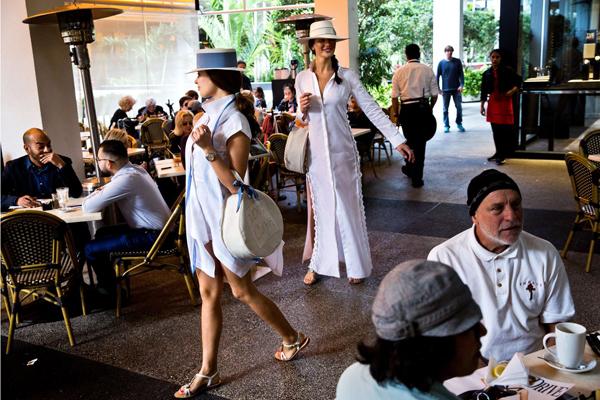 Những người mẫu đi dọc theo hành lang của Bal Harbour Shops để giới thiệu các mẫu thời trang của cửa hàng.Ảnh: Bloomberg.