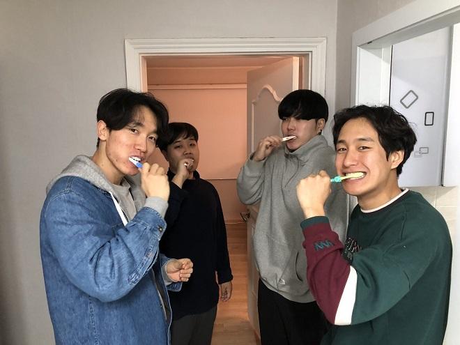 Bốn thành viên từ trái qua Park Mun-soo, Lee Young-haeng, Kim Hee-soo và Kim Woo-jaekhởi nghiệp và chung sống cùng nhau trong một căn hộ nhỏ ở Seoul. Ảnh: TechinAsia