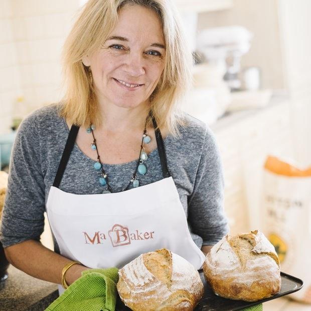 Liz Wilson bên cạnh sản phẩm bánh của mình. Ảnh: Internet.