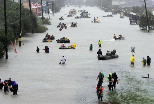 Người dân thành phố Houston, My di tản khỏi cơn bão Harvey vào tháng 8/2017. Ảnh: AP.
