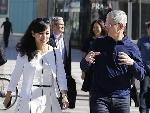 Jean Liu gặp gỡ cùng CEO Apple Tim Cook vào 5/2016.