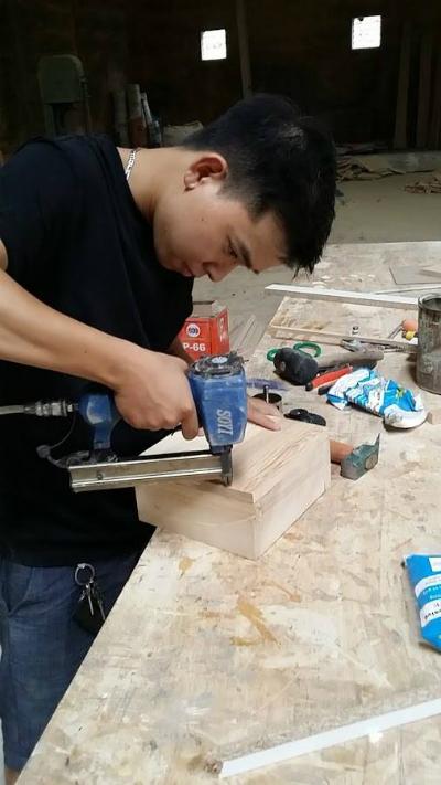 Chàng trai 9x có nhiều đam mê vớithiết kế và đồ gỗ. Ảnh: NVCC