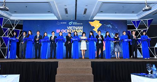 Ông Trần Văn Tùng - Thứ trưởng Bộ khoa học - công nghệ cùng đại diện ban tổ chức Vietnam Blockchain Week cắt băng khai mạc sự kiện và thành lập Câu lạc bộ blockchain Việt Nam.