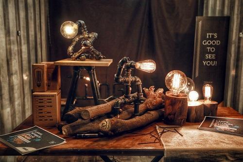 Các mẫu đèn làm từ ống sắt, gỗ của hai sinh viên. Ảnh: NVCC.