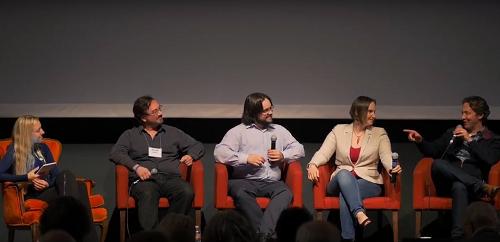 Robert McIntyre (giữa) chia sẻ trong một diễn đàn về trí tuệ nhân tạo.