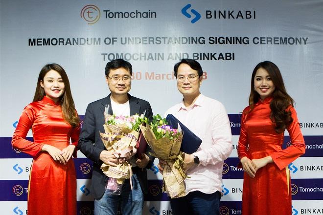 CEO Vương Quang Long của TomoChain (trái) và CEO Quân Lê sàn giao dịch nông sản Binkabi (phải) trong buổi lễ ký kết thỏa thuận hợp tác. Ảnh: TomoChain.