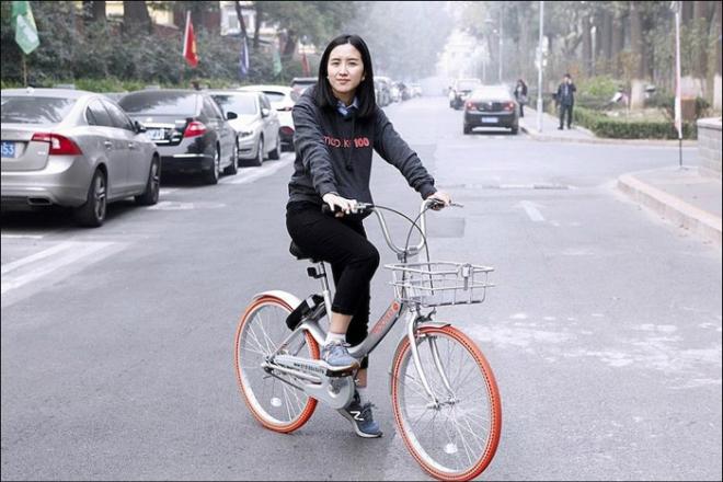 Hu Weiwei, năm nay 36 tuổi, là người đồng sáng lập startup chia sẻ xe đạp Mobike. Ảnh: Sify