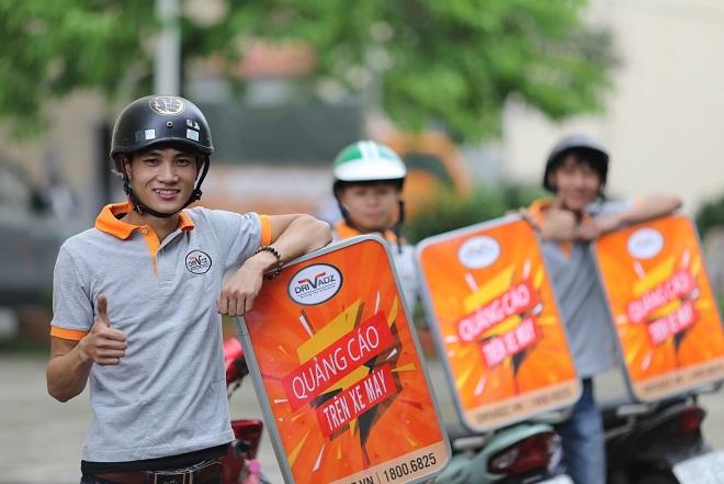 Startup Việt driVadsz khai thác thị trường quảng cáo ngoài trời ở Việt Nam bằng các biển quảng cáo gắntrên xe máy, giúp tài xế có thêm thu nhập.