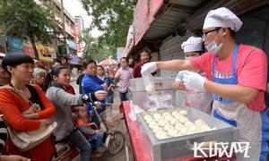 Tốt nghiệp đại học danh tiếng, 9X Trung Quốc mở tiệm bánh bao
