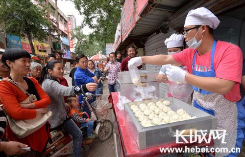 Tiệm bánh bao Trương tiểu sinh đông khách xếp hàng mua.