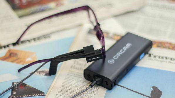 Thiết bị được gắn vào mắt kính của người dùng. Ảnh: OrCam.