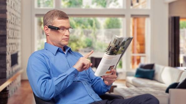 Người dùng chỉ cần chỉ tay thì thiết bị sẽ đọc thông tin trước mắt cho họ. Ảnh: OrCam.