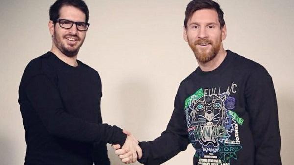 Moshe Hogeg, CEO startup Sirin Labs bắt tay danh thủ bóng đá Messi.