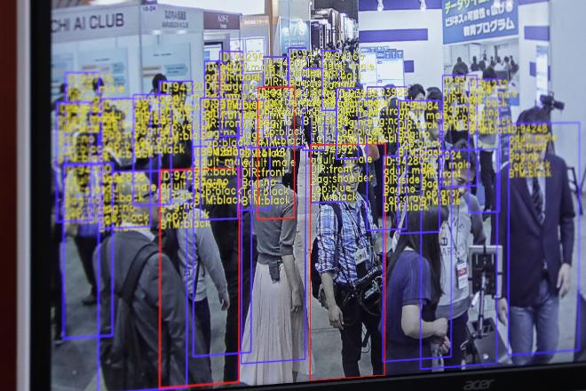 Công nghệ theo dõi và phát hiện sự vật phát triển bởi SenseTime Group được thể hiện trên màn hình tại triển lãm về trí thông minh nhân tạo tại Tokyo ngày 4/4/2018. Ảnh: Bloomberg