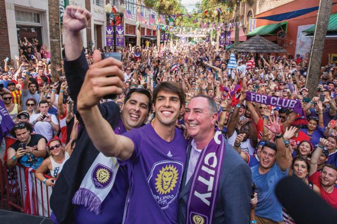 Flavio Augusto da Silva cùng ngôi sao bóng đá Kaka. Ảnh: Orlando Magazine.