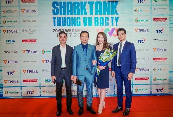 Doanh nhân Nguyễn Thọ Tuyển, Tổng Giám đốc CenLand (ngoài cùng bên phải) kỳ vọng chương trình Shark Tank- Thương vụ Bạc tỷ năm 2018 sẽ mang đến những bài học kinh doanh giá trị cùng câu chuyện truyền cảm hứng cho công chúng.