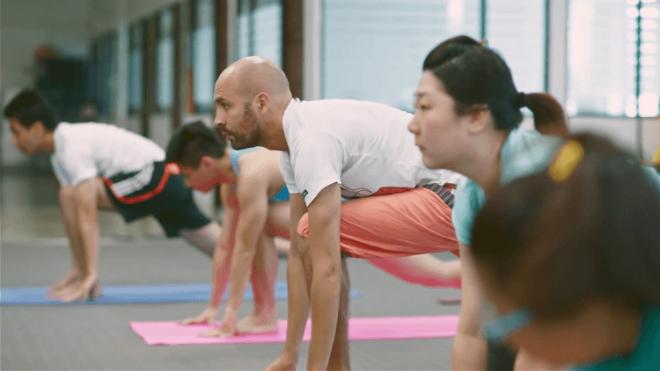 Công ty có tổ chức cả những buổi dạy yoga cho nhân viên. Ảnh:Piktochart.