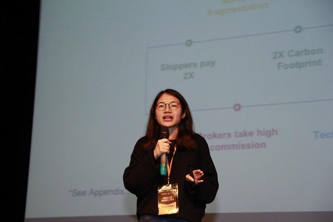 CEO Linh Phạm thuyết trình gọi vốn đầu tư trong sự kiệnFounder Showcase