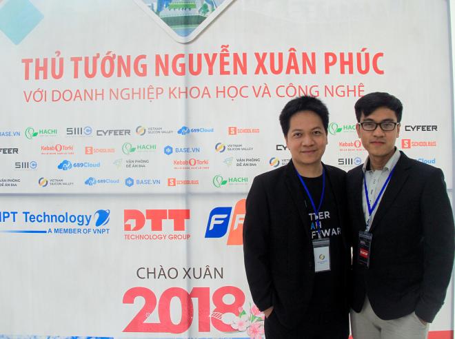 Phạm Kim Hùng (trái) cùng đồng nghiệp tại sự kiện Thủ tướng Nguyễn Xuân Phúc giao lưu với các doanh nghiệp khoa học và công nghệ năm 2018.