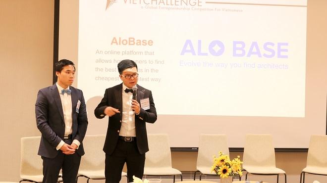 Đội ngũthuyết trình về dự án Alobase trong cuộc thi khởi nghiệp VietChanllenge.