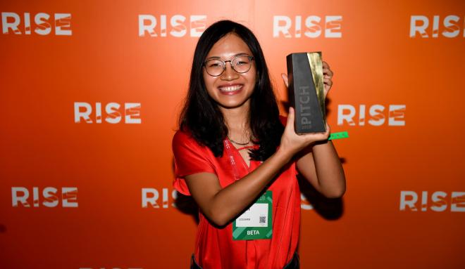Nhà sáng lập Logivan Phạm Thị Khánh Linh bên chiếc cúp dành cho quán quân Cuộc chiến khởi nghiệ tại RISE. Ảnh: NVCC.
