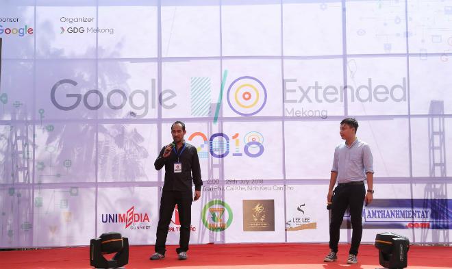 ÔngAmir Irwan (trái), Giám đốc điều hành MyEtherPony phát biểu tại sự kiện Google I/O Mekong, Cần Thơ trên cương vị diễn giả khách mời.