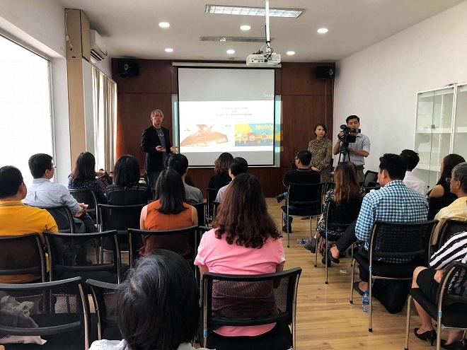 Diễn giả Tony Wheeler chia sẻ với các khách mời tại Tp. Hồ Chí Minh.