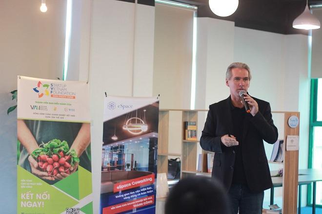 Chuyên gia khởi nghiệp Tony Wheeler chia sẻ tại sự kiện.