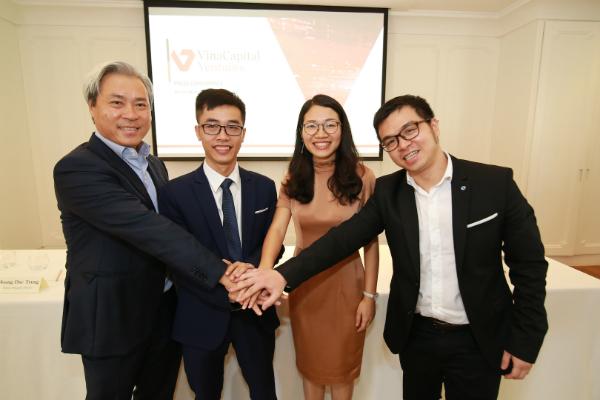 Ông Don Lam -đồng sáng lập và Tổng giám đốc VinaCapital(thứ nhất từtrái qua)và ông Nguyễn Hữu Tuất - CEO FastGo (thứ hai từ trái qua) tại lễ ký kết hợp tác.