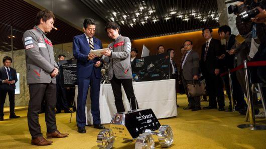 CEO giới thiệu về iSpace trước thủ tướng Nhật Bản Shinzo Abe trong một sự kiện do Chính phủ tổ chức.