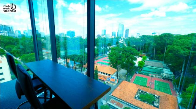 Văn phòng chia sẻ có tầm nhìn ra không gian thoáng đãng và xanh mướt của công viên Tao Đàn.