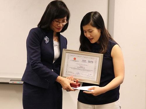 Bà Nguyễn Thị Minh Nguyệt phó tổng lãnh sự quán Việt Nam tại Sydneytrao giải nhất cho tiến sỹNguyễn Quỳnh Anh.