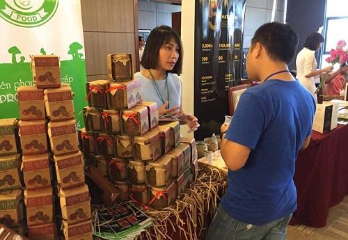 CEO Phạm Hồng Vân giới thiệu sản phẩm Nấm Tươi Cười với khách hàng