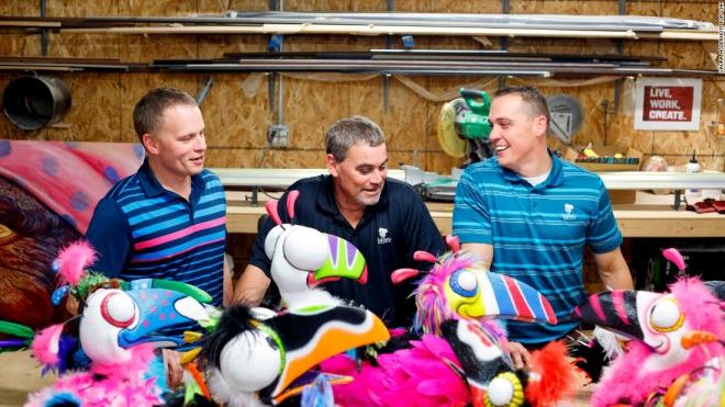 Nelson (giữa) cùng hai người con trai của ông: Travis (trái) và Todd (phải); Ảnh: CNN