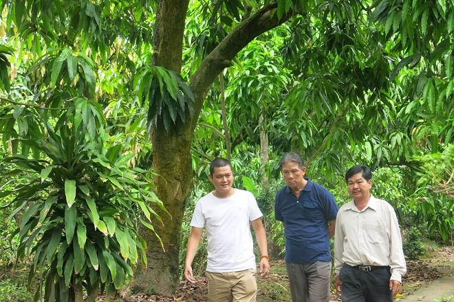 Đại diện từ IBL (trái) giải thích về ứng dụng truy xuất nguồn gốc nông sản dựa trên công nghệ Blockchain cho nông dân tại tỉnh Đồng Tháp.